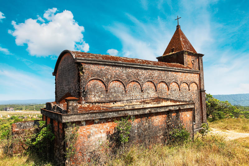 在Bokor山顶部的被放弃的基督教会在Preah Monivong国家公园, Kampot,柬埔寨 库存照片