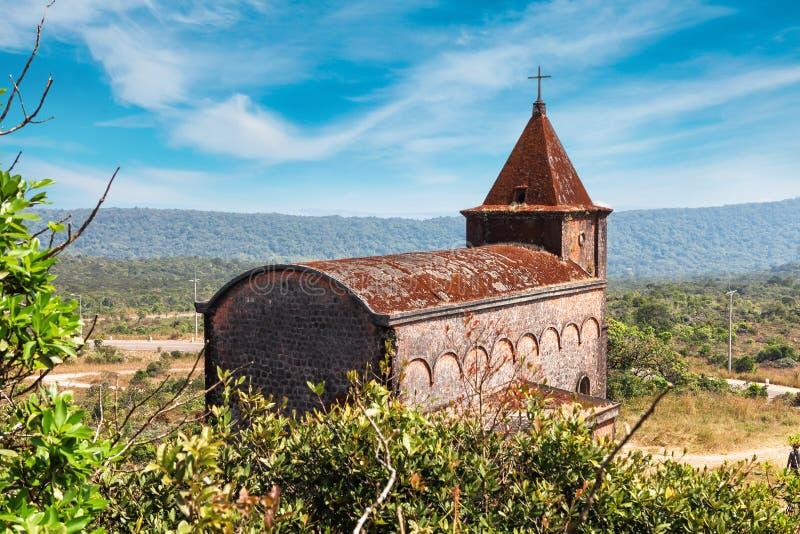 在Bokor山顶部的被放弃的基督教会在Preah Monivong国家公园, Kampot,柬埔寨 图库摄影