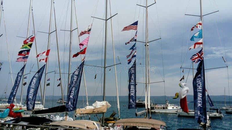 在Bol, Brac,克罗地亚海岛港的风船  免版税图库摄影