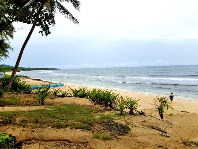 在Bolinao班诗兰菲律宾的海滩前面 库存照片