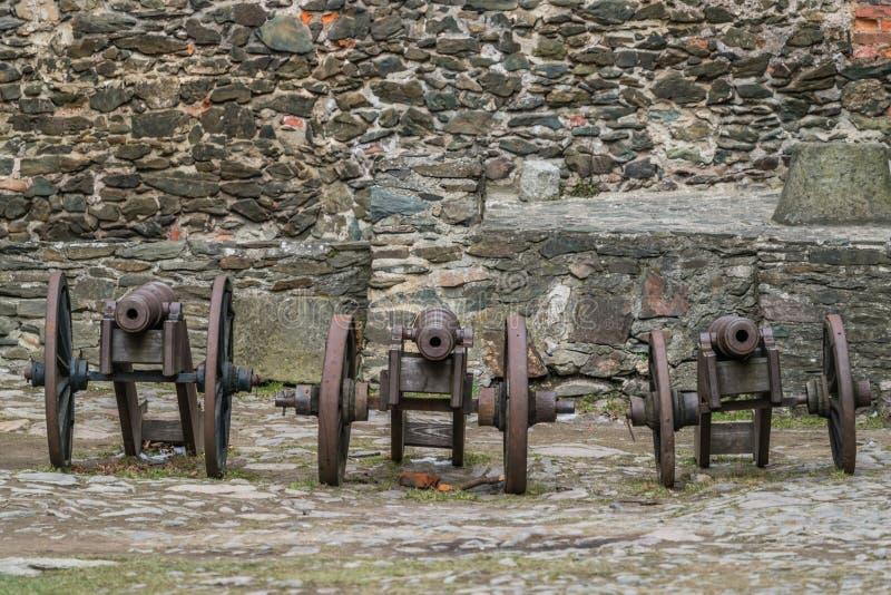在Bolkow城堡的三门老大炮 库存图片