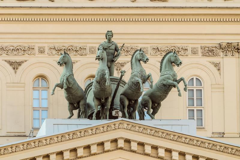 在Bolshoi剧院的大厦的古铜色四马二轮战车在Teatralnaya广场的莫斯科 库存图片