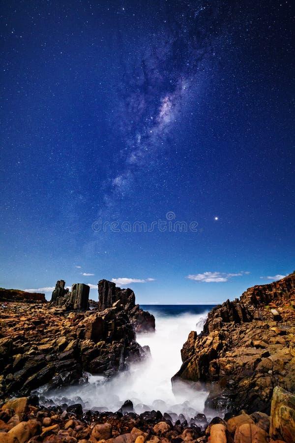 在Bombo澳大利亚的银河满天星斗的天空 库存照片