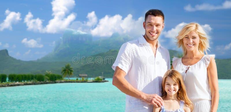 在bora bora背景的愉快的家庭 免版税库存照片