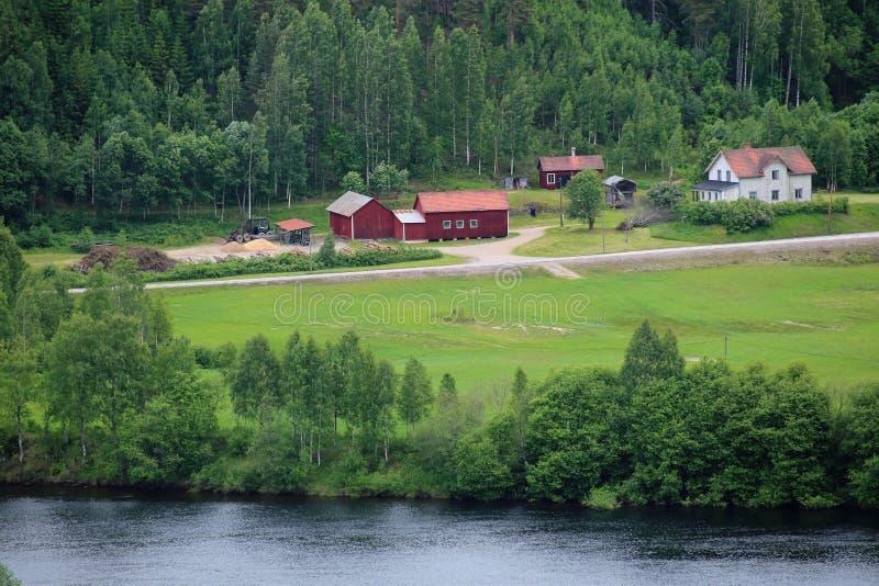 在Branaes附近的瑞典房子在Vaermland,瑞典 河Klaraelven能被看见 库存图片