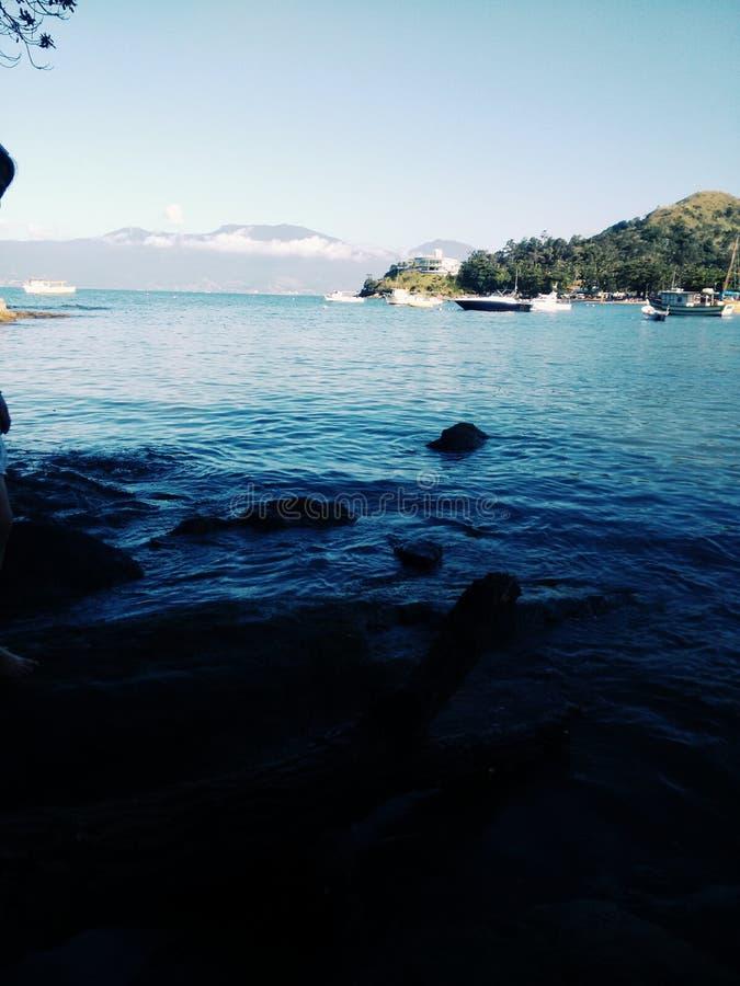 与小船的蓝色海岸在巴西 图库摄影