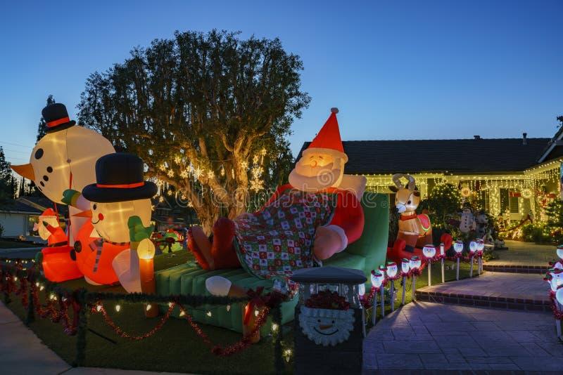 在Brea邻里的美丽的圣诞节装饰 库存照片