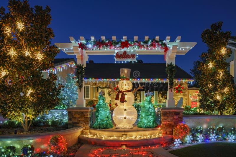 在Brea邻里的美丽的圣诞节装饰 图库摄影