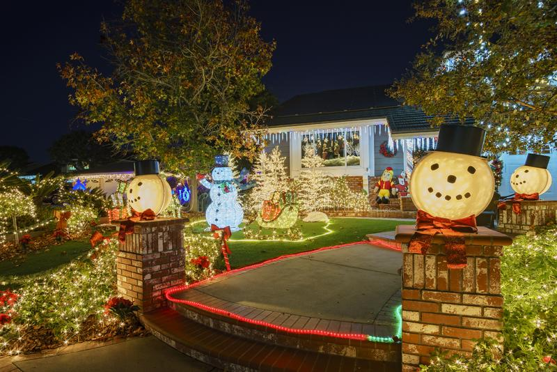 在Brea邻里的美丽的圣诞节装饰 库存图片