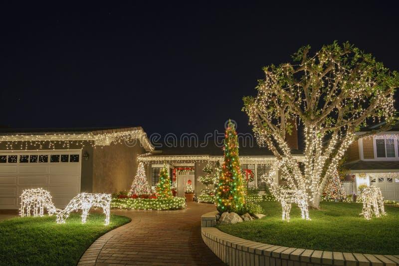 在Brea邻里的美丽的圣诞节装饰 免版税库存照片