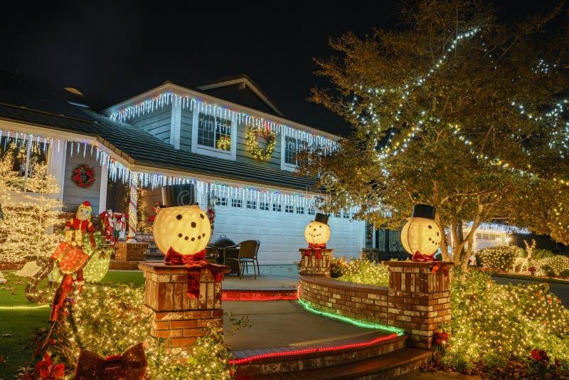 在Brea邻里的美丽的圣诞节装饰 免版税库存图片