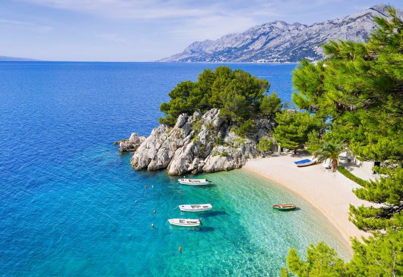 在Brela镇,达尔马提亚,克罗地亚附近的美丽的海滩 马卡尔斯卡里维埃拉,著名地标和旅行旅游目的地在欧洲 库存照片