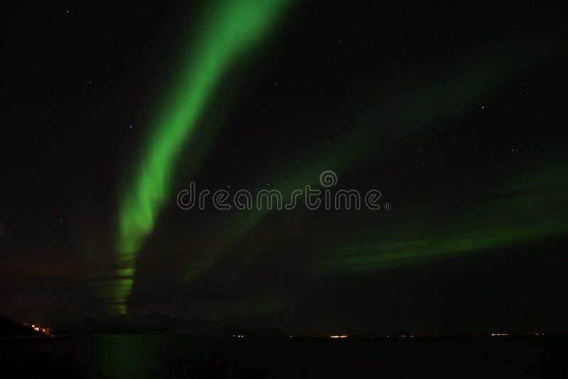 在Bremnes的北极光在哈尔斯塔,挪威附近 库存图片