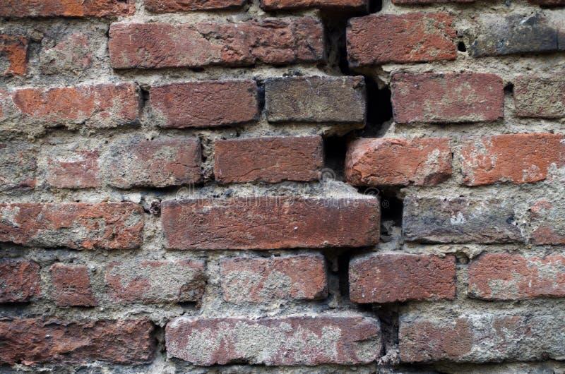 在bricked墙壁的裂缝 免版税库存照片