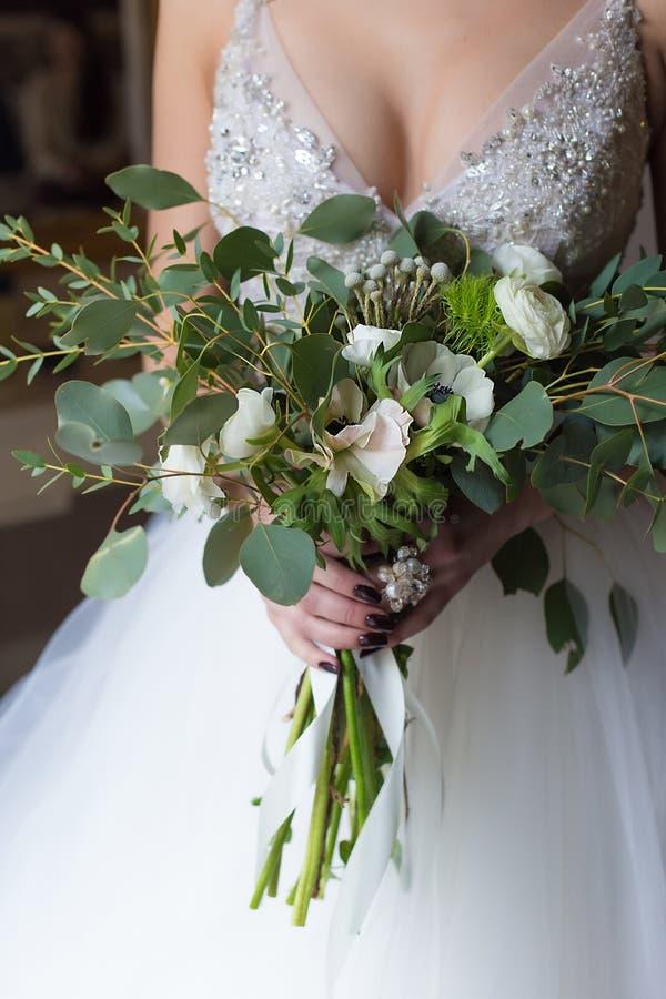在bride& x27的好的大婚礼花束; s手 图库摄影