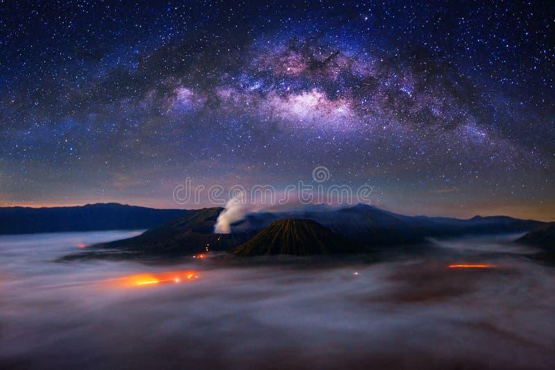 在Bromo登上的银河在Bromo腾格尔塞梅鲁火山国家公园 免版税库存图片