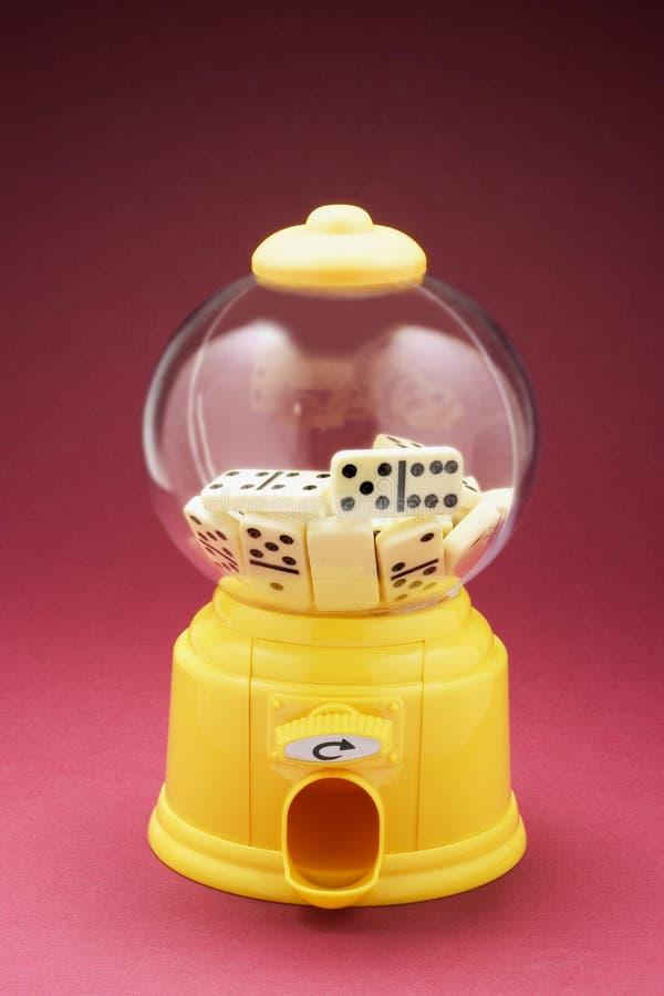 在Bubblegum机器的多米诺 库存图片