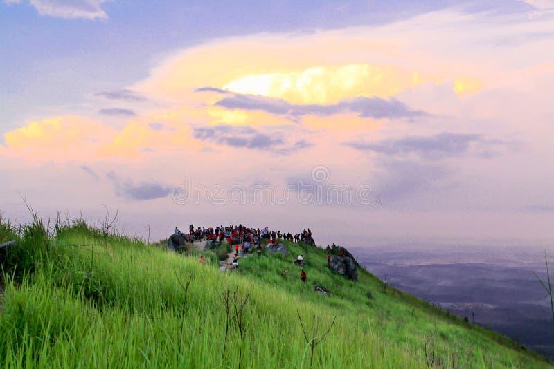 在Bukit Broga峰顶的有动机的人群景色日出 库存照片