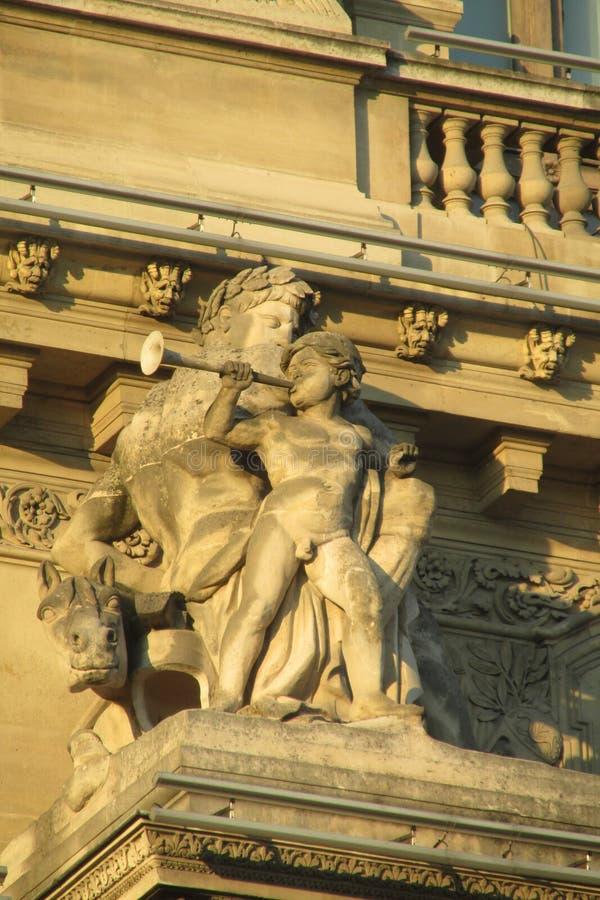 在buliding的欧洲建筑学雕象 免版税库存图片