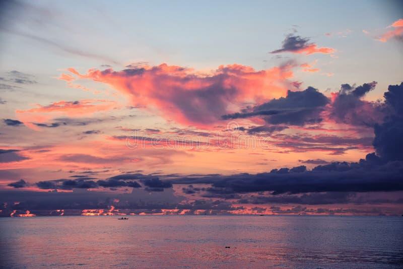 在Bunaken海滩,万鸦老,北部苏拉威西岛-印度尼西亚的日落 免版税库存照片