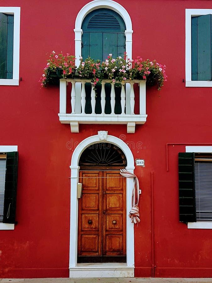在burano威尼斯意大利海岛上的明亮地被绘的家  免版税库存图片