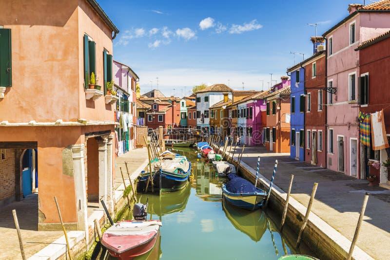 在Burano海岛上的明亮的五颜六色的房子在威尼斯式盐水湖边缘 r 图库摄影