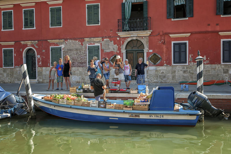 在Burano海岛上的浮动菜市场,在威尼斯附近,意大利 图库摄影