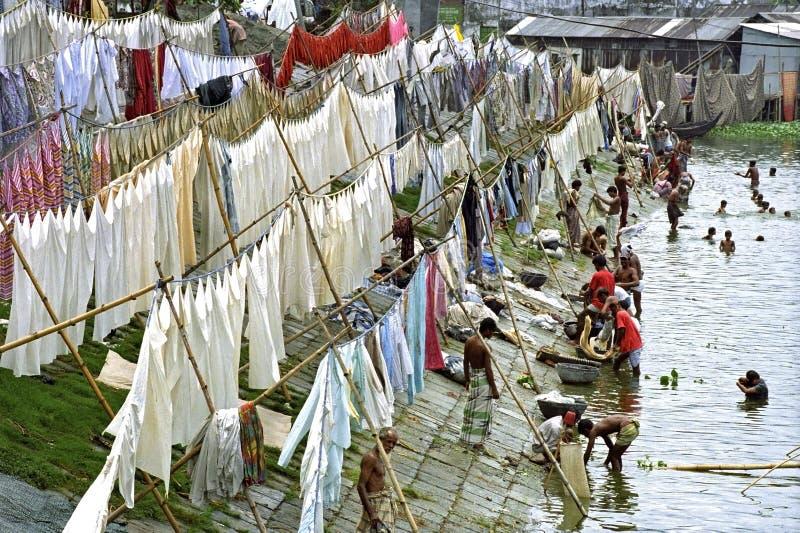 在Buriganga河的洗衣店地区首都的达卡 免版税库存照片