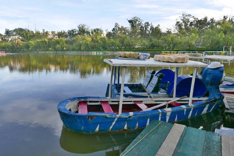 在Burnham湖,碧瑶的停放的小船城市,菲律宾 免版税库存照片