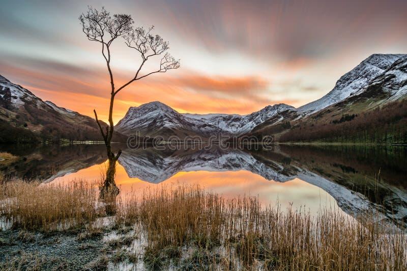 在Buttermere在湖区,英国的惊人的早晨日出 免版税库存图片