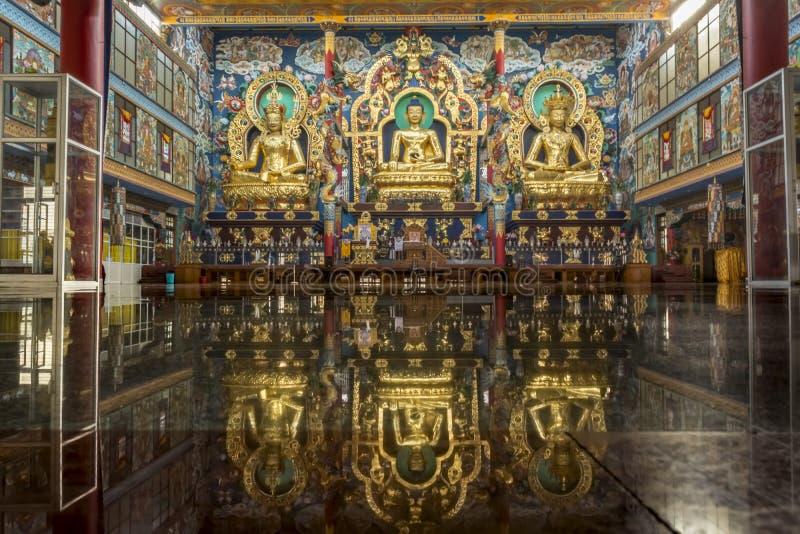 在Bylakuppe -西藏修道院的金黄寺庙 免版税库存照片