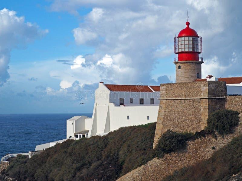 在Cabo与石墙的de圣维森特的红色灯塔 库存图片
