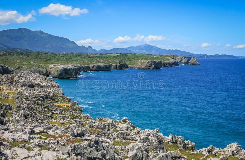 在Cabo在利亚内斯和里瓦德塞利亚之间的de 3月的风景海岸线,阿斯图里亚斯,北西班牙 库存图片
