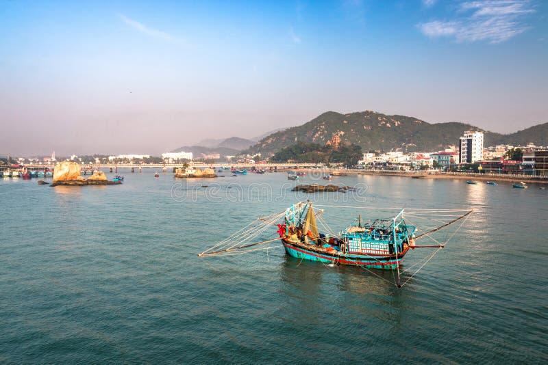 在Cai河的一传统越南渔船在芽庄市 免版税库存照片