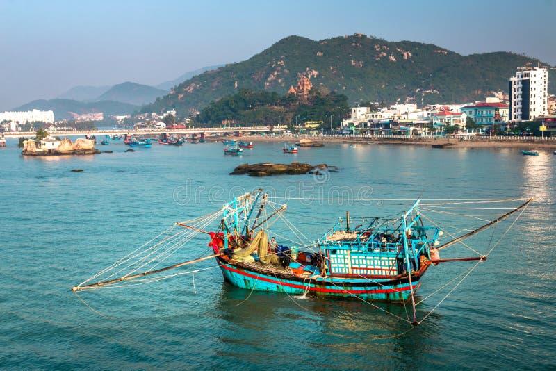 在Cai河,芽庄市,Khanh Hoa,越南的一五颜六色的传统越南渔船在清早阳光下 免版税库存照片