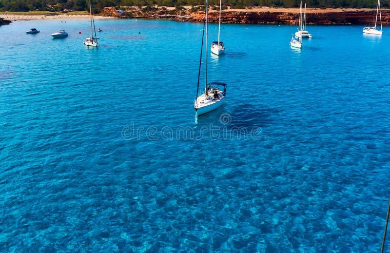 在Cala Saona海湾的风船在福门特拉岛 免版税库存照片