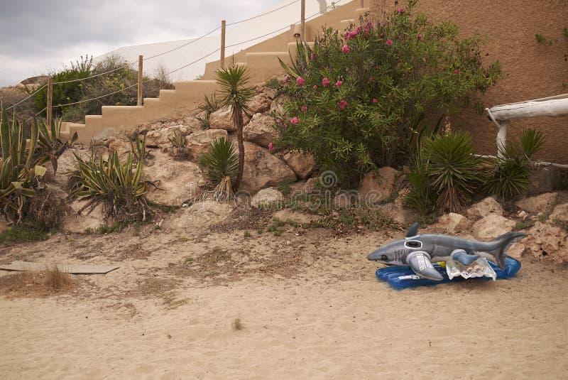 在Cala Tarida的鲨鱼inflatables 免版税库存照片