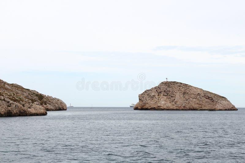在calanques附近晃动海岛沿岸航行,马赛,法国 免版税库存照片