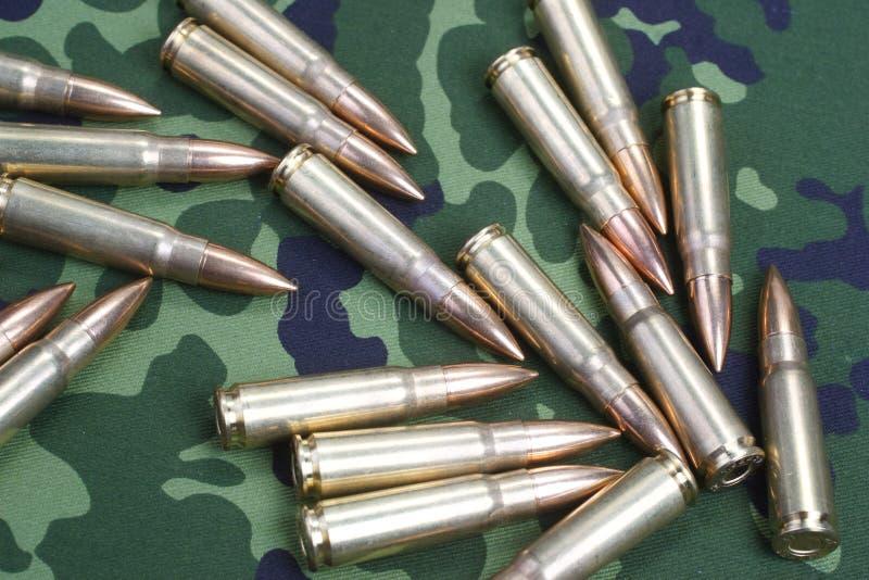 在camoflaged的卡拉什尼科夫弹药筒 库存照片