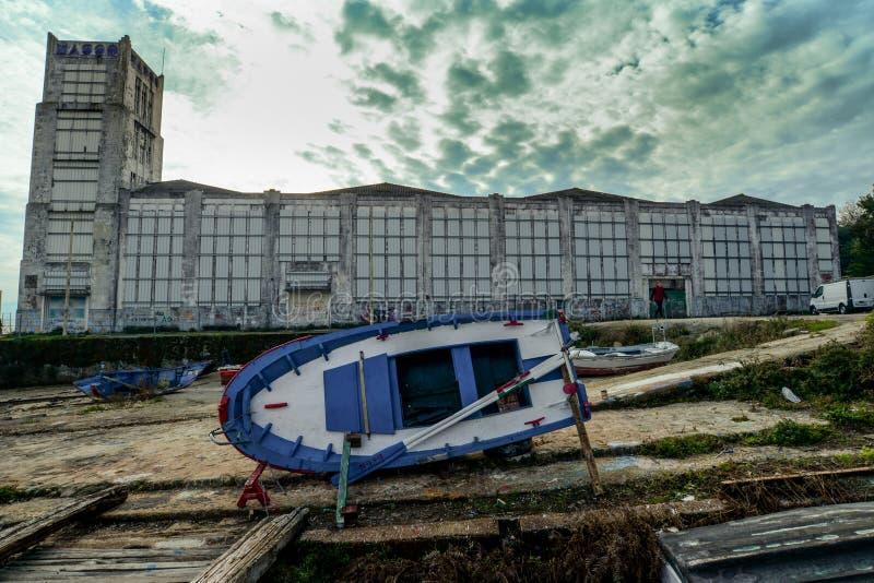 在Cangas之外的被放弃的工厂在西班牙 库存图片