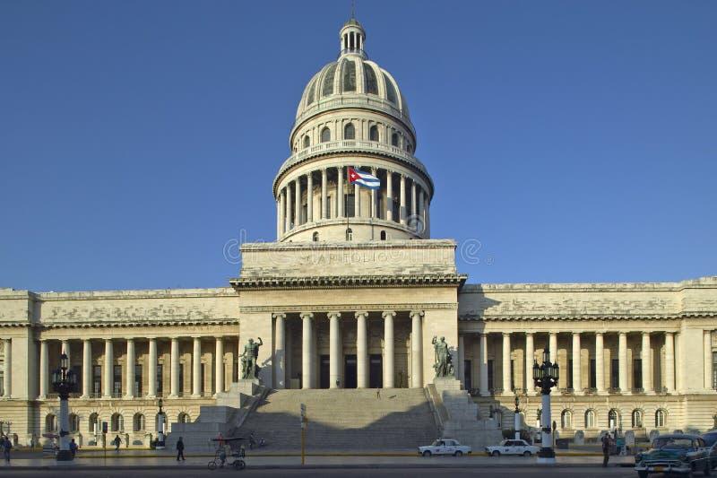 在Capitolio和古巴旗子的早晨光,古巴国会大厦大厦和圆顶在哈瓦那,古巴 免版税库存图片
