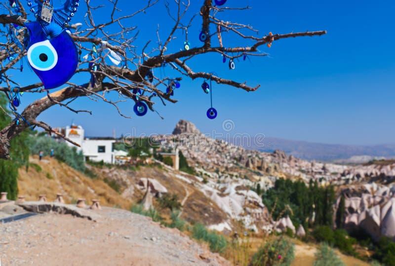 在Cappadocia土耳其的结构树和凶眼护身符 库存图片
