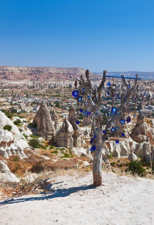 在Cappadocia土耳其的结构树和凶眼护身符 免版税库存照片
