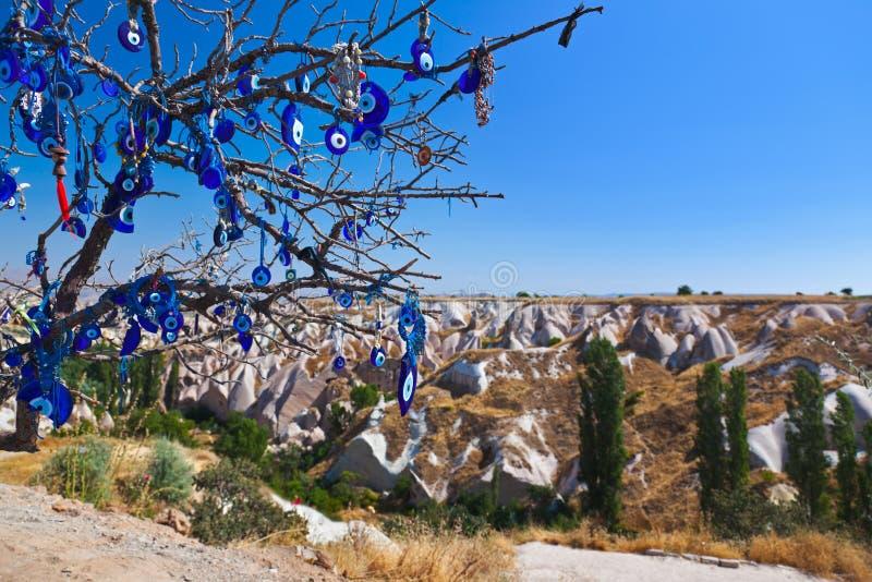 在Cappadocia土耳其的结构树和凶眼护身符 图库摄影