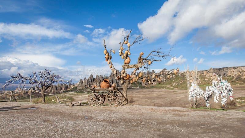 在Cappadocia土耳其的结构树和凶眼护身符 免版税图库摄影