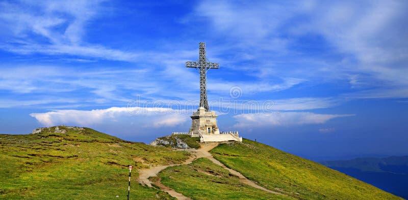 在Caraiman峰顶,布切吉山脉,罗马尼亚的英雄的十字架 免版税库存图片