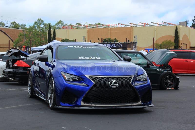 在Carnvl普莱加利福尼亚在一起的蓝色凌志展示汽车 免版税库存照片