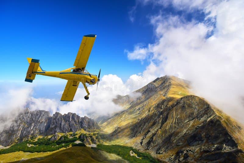 在Carphatian山峰上的赛斯纳飞机 免版税库存照片