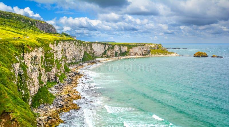 在Carrick-a-Rede索桥附近的风景全景,在Ballintoy附近在安特里姆郡,北爱尔兰 免版税库存图片