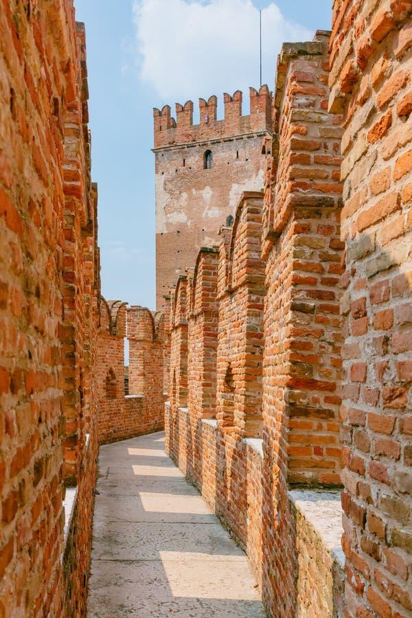 在Castelvecchio博物馆的中世纪城堡墙壁的顶部道路,在维罗纳,意大利 免版税库存图片